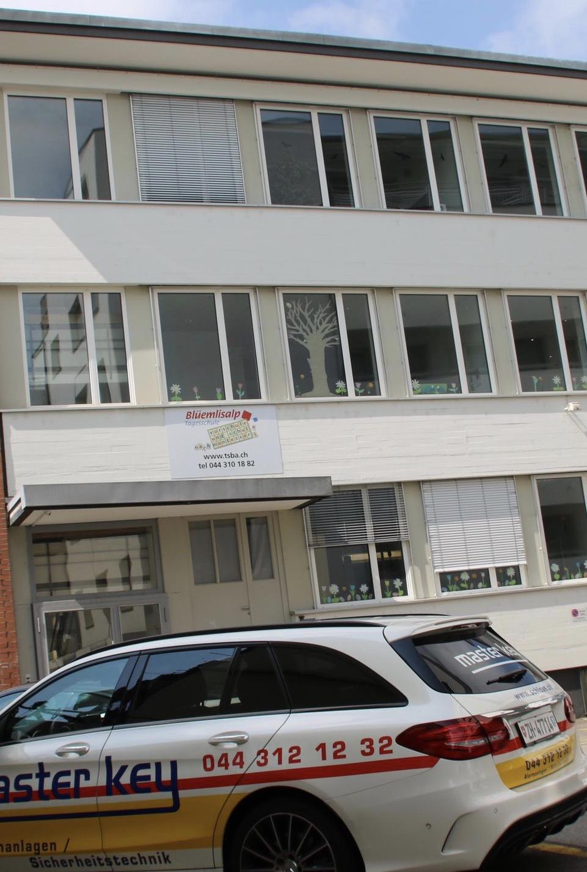 Brandwarnanlage von Schlüsseldienst Zürich Master Key Montessori Schule Frontansicht